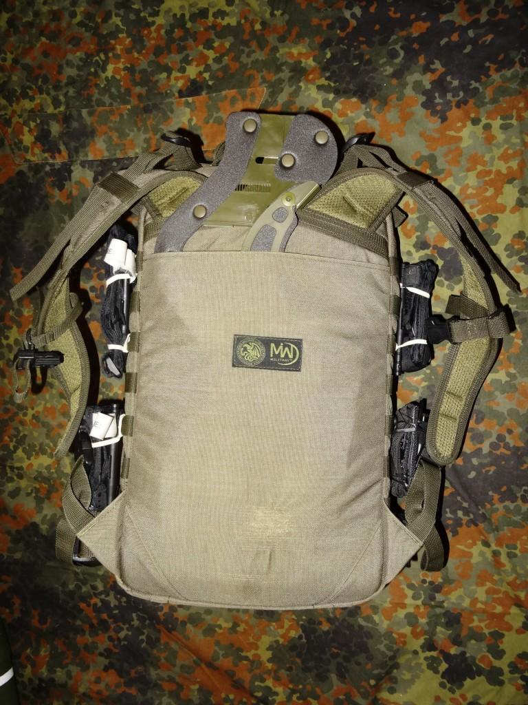 Sposób przenoszenia kołnierza ortopedycznego w plecaku medycznym.
